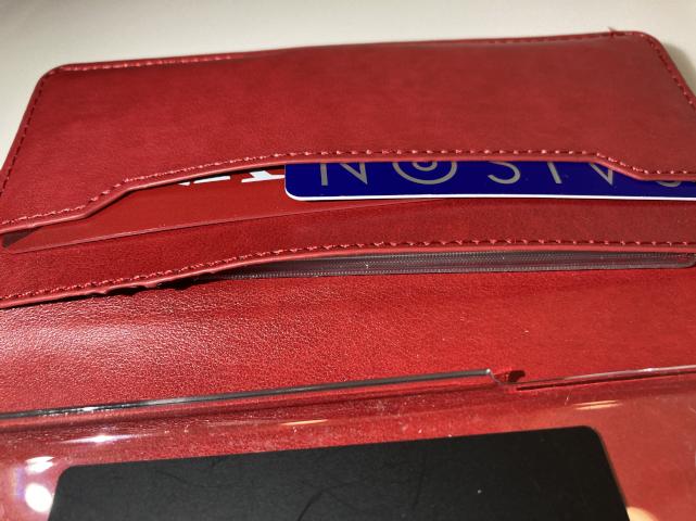 woodgreenの手帳型スマホケースのカード収納ポケットを真横から撮った。