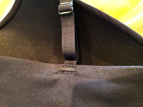 エアリズムシームレスVネックブラキャミソールの背面のストラップ部分