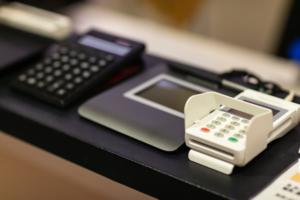 ミニマリストは『CHUMS』のiPhoneケースを持つべき。財布はメルカリへ出してください。