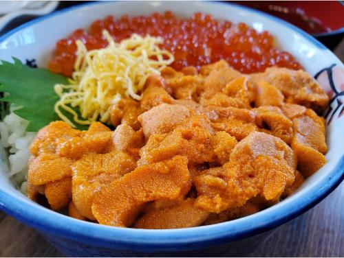 『海鮮食堂 北のグルメ亭』の海鮮丼(うに、いくら)。