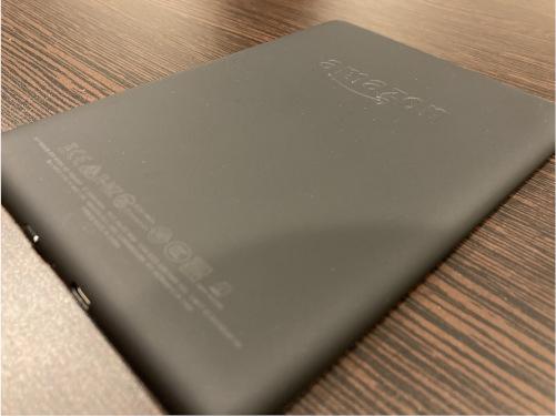 『Kindle Paperwhite』の裏面。マット素材。