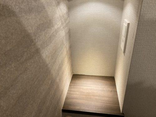 『HOTEL CLASSE STAY SAPPORO』の右のベッド側にあるスペース。照明ボタン。コンセント(1口)。