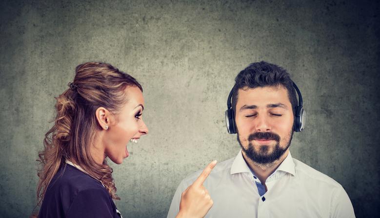 周波数を合わせるな。雑音に反応しちゃいけない。