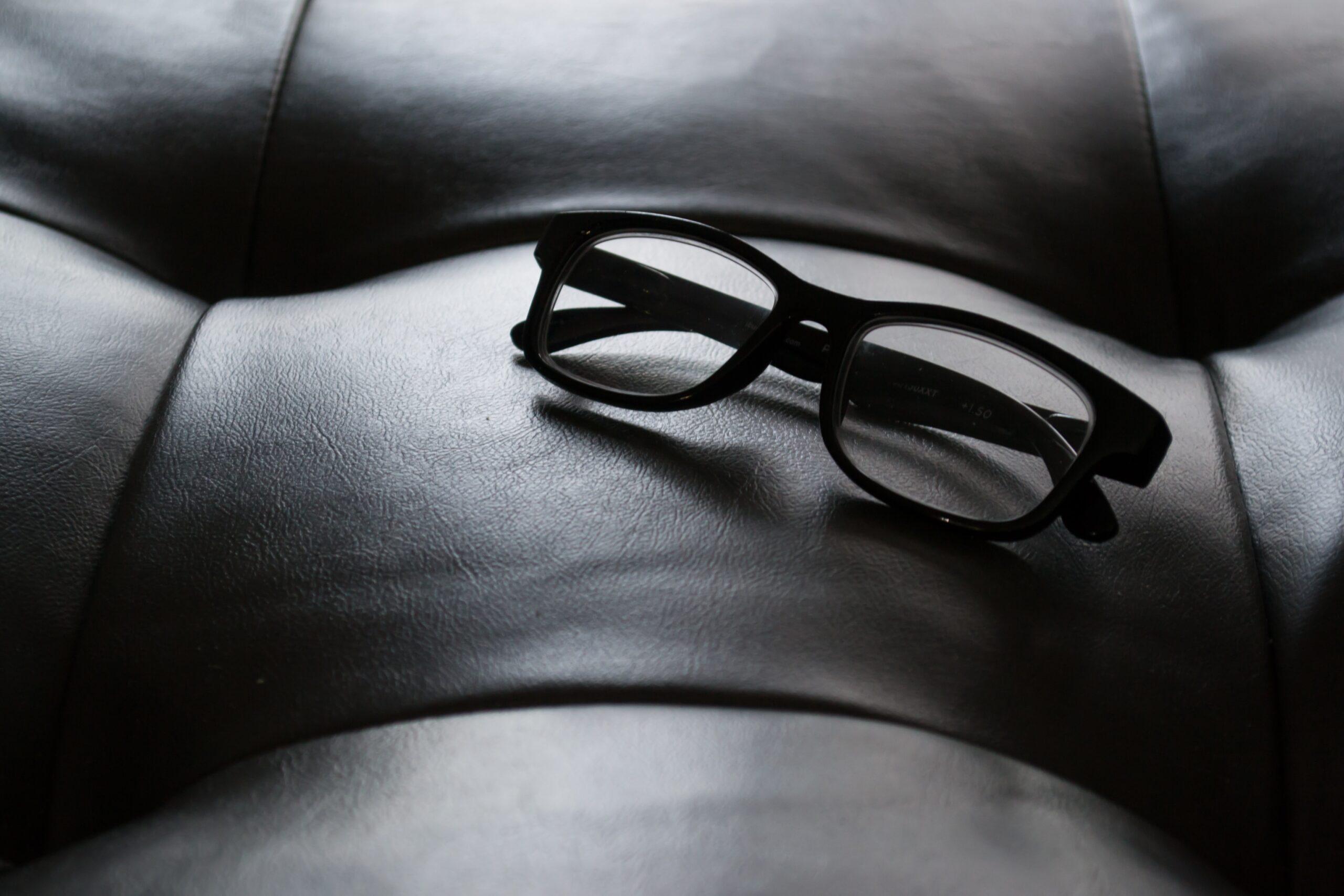 ソファの上に眼鏡がある